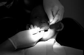 5岁男童患罕见怪病:没有一颗牙只可以吃流食