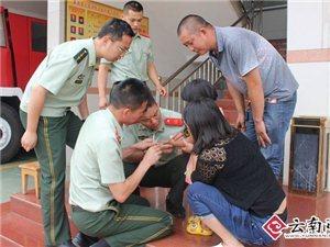 4岁女童贪玩饮料瓶卡手 云南澳门网上投注官网消防巧妙取出(图)