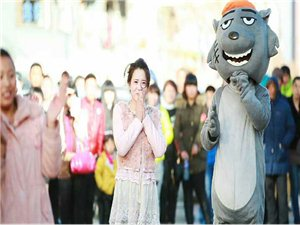 """建平县步行街上演""""快闪""""求婚"""