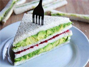 树莓酱酪梨三明治的做法